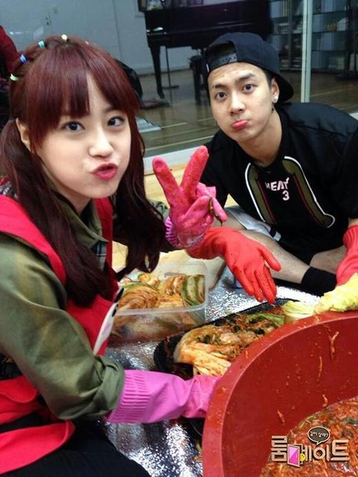 Cùng nhau tham gia chương trình Roommate, cả Youngji và Jackson đều chiếm được nhiều tình cảm của khán giả vì độ dễ thương của họ. Mặc dù Youngji đã lên tiếng khẳng định không có phần trăm khả năng nào để hẹn hò với Jackson nhưng các fan vẫn không khỏi mong chờ cặp đôi trở thành đôi tình nhân ngoài đời.