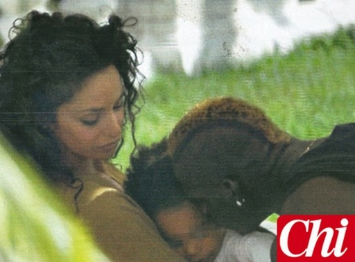 Sau khi chia tay Fanny Neguesha, Balotelli bỗng dưng trở thành một ông bố có trách nhiệm. Chân sút Liverpool thừa nhận bé Pia là con gái của anh với cô bồ cũ Raffaella Fico. Balotelli đồng ý chu cấp 1.000 bảng mỗi tháng cho Raffaella nuôi con gái.