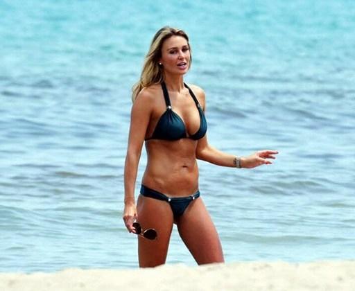 Bà xã Gerrard cực quyến rũ trên bãi biển California