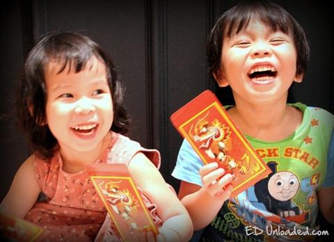 Phong tục lì xì ngày Tết hiện rất phổ biến ở Việt Nam ngày nay.