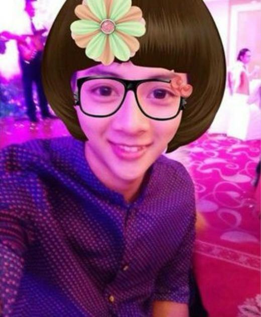 Hoài Lâm cũng thích thú với ứng dụng thêm phụ kiện như tóc, kính trên điện thoại. Hình ảnh nữ tính của anh chàng khiến khán giả bật cười. - Tin sao Viet - Tin tuc sao Viet - Scandal sao Viet - Tin tuc cua Sao - Tin cua Sao