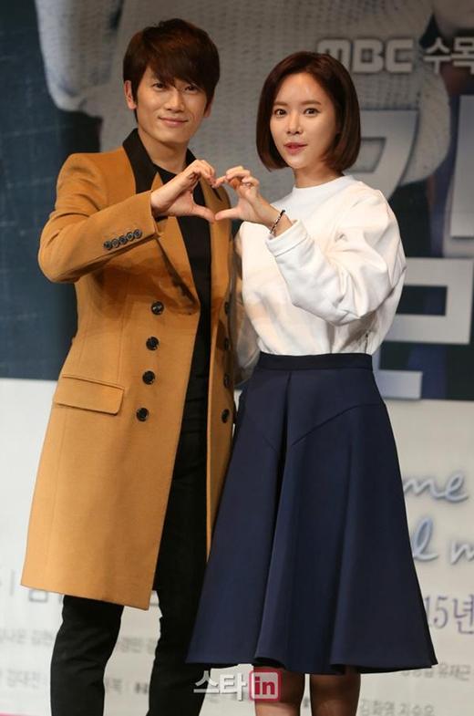 Ji Sung và Hwang Jung Eum trong buổi họp báo ra mắt phim Kill Me Heal Me vào ngày 5/1