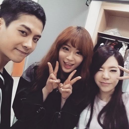 Sunny bất ngờ khoe hình đáng yêu cùng Jackson và Youngji và chía sẻ: Ngày cuối cùng 2014 bên những người bạn thân yêu của tôi.