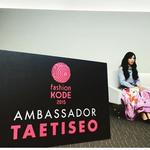 Taeyeon khoe hình bức ảnh kế bên bảng Fashion Kode 2015. Được biết, TaeTiSeo chính thức được bổ nhiệm làm đại sức Fashion Kode năm nay.
