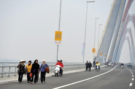 Trưa và chiều 4/1, cầu Nhật Tân đón đông đảo lượng phương tiện qua lại ngay sau lễ thông xe. Tuy nhiên, đã có nhiều người đi bộ lên ngắm nghía dù bị cấm.