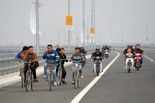 Trẻ em đạp xe dàn hàng ngang đùa nghịch.