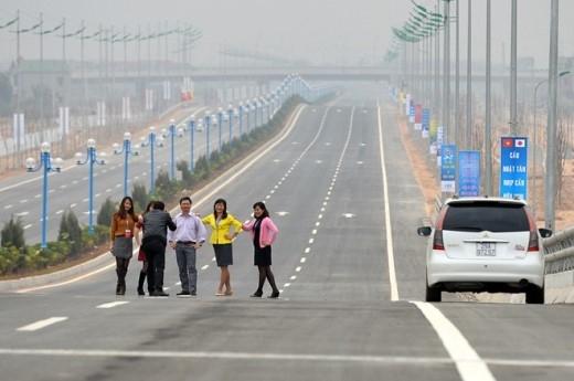 Còn tại cao tốc Nội Bài - Nhật Tân, một số nhân viên công sở sau khi dự lễ khánh thành cũng tạo dáng giữa đường.
