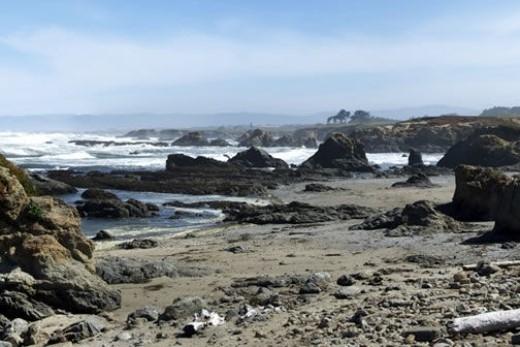 Bãi biển thủy tinh, California: Bãi biển này phủ đầy những mảnh thủy tinh và đá nhỏ, dưới ánh nắng mặt trời phản chiếu vô vàn sắc màu lung linh. Du khách đến đây chơi đều được khuyên nên đi giày dép để giữ an toàn cho đôi chân. Trước kia, đây là nơi đổ chất thải của người Prague. Sóng biển đánh sạch dần, còn lại muôn ngàn mảnh thủy tinh. Nơi đây đặc biệt thu hút du khách yêu thích nghệ thuật. Có điều, bãi biển cấm du khách nhặt thủy tinh mang đi.
