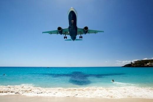 Bãi biển Maho, đảo St. Martin: Nếu bạn chỉ thích yên tĩnh bình lặng thì không nên chọn nơi này. Sân bay Quốc tế Công chúa Juliana có một đặc điểm là đường bay quá ngắn, nên máy bay trên đường hạ cánh, bay qua bãi biển Maho, đều bay rất thấp, cách mặt đất chỉ có từ 10-20m. Chính vì vậy, bãi biển Maho là nơi đặc biệt hấp dẫn với các du khách yêu thích máy bay, và thích chụp ảnh chúng khi đang tiếp đất.