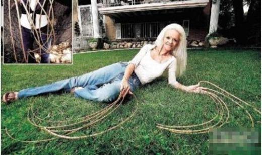 Nữ ca sĩ Chris Walton người Mỹ là cô gái sở hữu bộ móng tay dài nhất thế giới. Cô chia sẻ đã không cắt móng tay trong suốt 18 năm, hiện tổng chiều dài bộ móng của cô dài khoảng hơn 6m. Đáng ngạc nhiên là bộ móng tay tưởng chừng rất vướng víu này lại hoàn toàn không ảnh hưởng đến cuộc sống của cô.