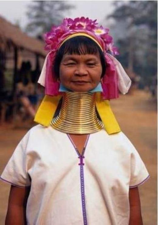 Bộ tộc Padaung sinh sống tại miền Bắc Thái Lan, nơi được biết tới với những người phụ nữ có chiếc cổ dài nhất thế giới. Theo tục lệ, những người phụ nữ ở đây phải đeo rất nhiều tầng tầng lớp lớp những chiếc vòng bạc, khiến phần cổ của họ có thể dài tới 40cm.