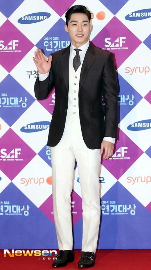 Seo Ha Joon có sự lựa chọn độc đáo với trang phục sắc trắng hiếm thấy ở các nam diễn viên trên thảm đỏ năm nay, áo khoát đen làm toát lên vẻ nam tính, dịu dàng của anh.