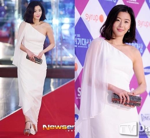 """Jun Ji Hyun luôn thể hiện đẳng cắp minh tinh của mình mỗi khi xuất hiện trước công chúng. Mái tóc ngang vai cá tính và chiếc đầm trắng ôm sát giúp tôn lên vẻ đẹp hoàn hảo của """"cô nàng ngổ ngáo""""."""
