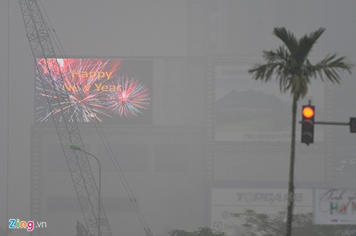 Đứng cách hơn 100 m biển quảng cáo tại các cao ốc khu vực Trung Hòa - Nhân Chính mờ mịt.