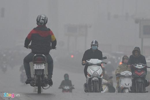Xuất hiện những hạt mưa nhỏ khiến đường ùn tắc, nhiều người cố tình vi phạm bằng cách đi ngược chiều cho nhanh đến cơ quan.