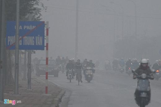 Càng ra ven đô càng thấy rõ cảnh mù sương bao phủ.