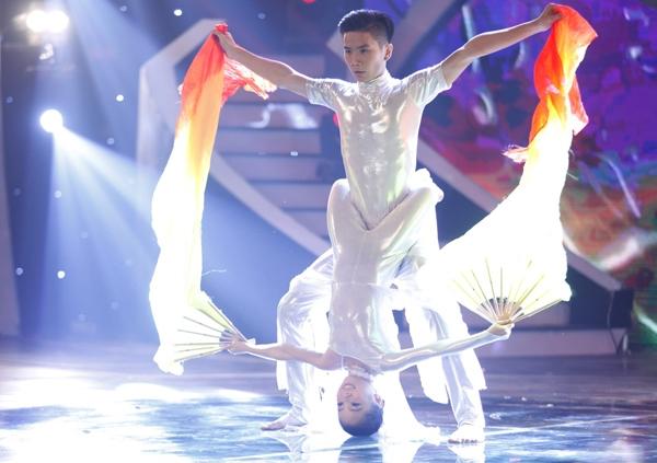 Đăng Quân - Bảo Ngọc biểu diễn màn múa đương đại uyển chuyển, với nhiều động tác bê đỡ khó.