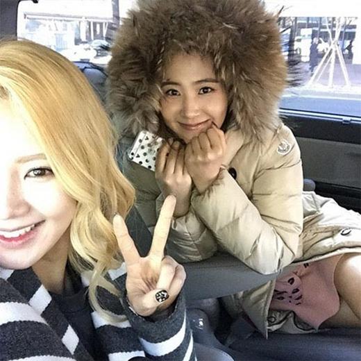 Hyoyeon khoe hình tươi rói bên Yuri và hai cô nàng khuyên fan: Các bạn đừng để bị cảm lạnh nhé.