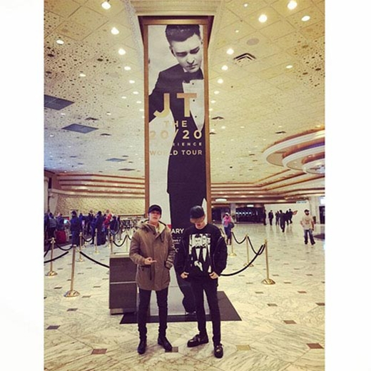 Eunhyuk háo hức khoe hình cùng Donghae khi cả hai cùng đi xem buổi concert của Justin Timberlake ở Las Vegas: Anh ấy nhìn tôi kìa. Đây là chương trình vô cùng tuyệt vời.