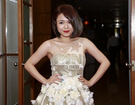 Trái ngược với Tiêu Châu Như Quỳnh, Thái Trinh chọn cho mình bộ váy vô cùng lộng lẫy và xinh xắn với điểm nhấn là những cánh hoa được đính trên chân váy. - Tin sao Viet - Tin tuc sao Viet - Scandal sao Viet - Tin tuc cua Sao - Tin cua Sao