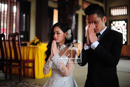 9h, cả hai vợ chồng bắt đầu những nghi lễ đầu tiên. - Tin sao Viet - Tin tuc sao Viet - Scandal sao Viet - Tin tuc cua Sao - Tin cua Sao
