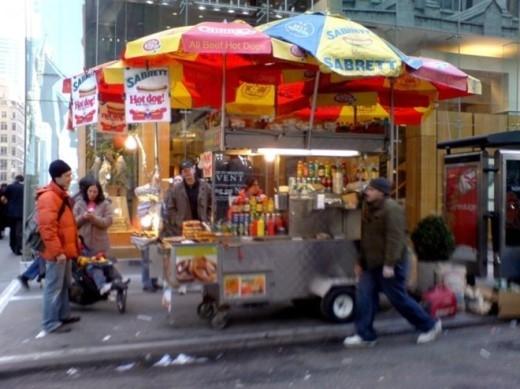 Nghề bán hotdog dạo trông có vẻ bình thường như có mức thu nhập rất cao.