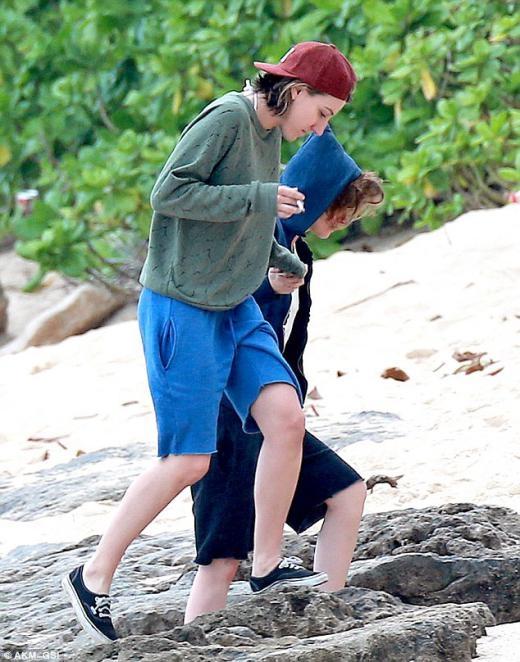 Kristen Stewart vui vẻ thân mật với nữ trợ lí