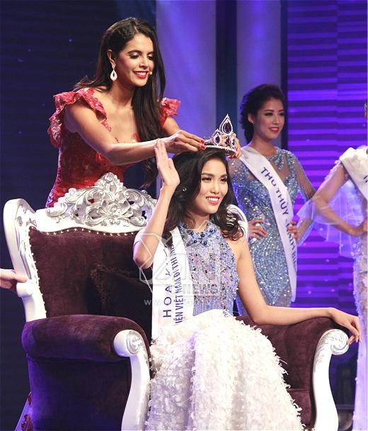 Lan Khuê được Hoa hậu Thế giới 2014 Ivian Sarcos trao tặng vương miện danh giá.