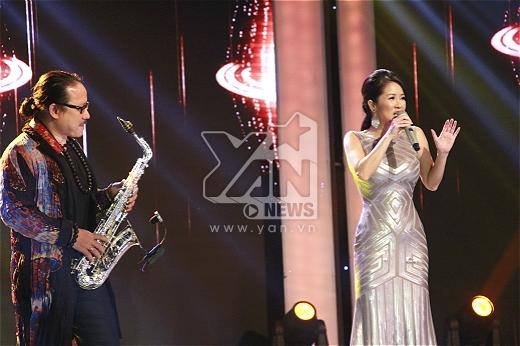 Hồng Nhung và Saxophone Trần Mạnh Tuấn có màn song tấu ăn ý trên sân khấu.