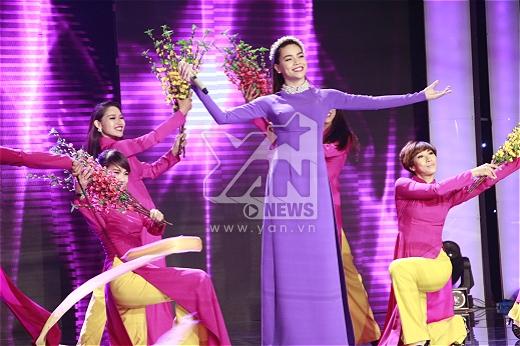 Hồ Ngoc Hà khép lại đêm thi với ca khúc Như hoa mùa xuân.