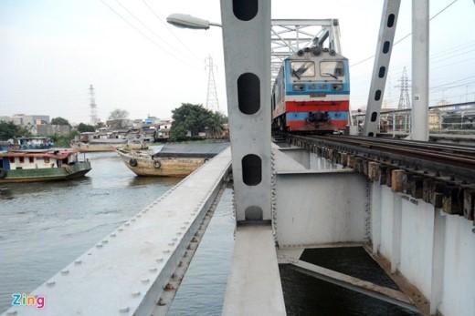 Cây cầu vốn dành cho đường sắt, đã có tuổi đời hơn 100 năm (cầu đầu tiên bắc qua sông Sài Gòn năm 1902). Hiện, ngoài tàu hỏa, chỉ xe máy và người đi bộ được phép qua cầu.
