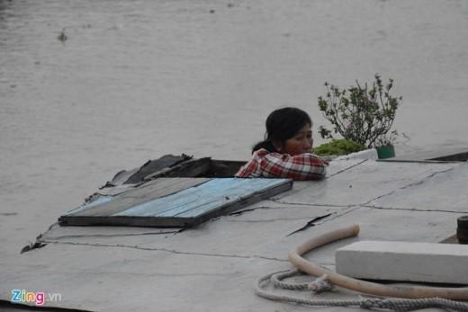 Để qua được cây cầu này, các chủ tàu thuyền, sà lan phải mỏi mòn chờ đợi con nước ròng cho kịp những chuyến hàng, đảm bảo đúng thời điểm giao thương.