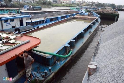 Để qua cầu, các sà lan chạy không tải phải bơm đầy nước vào khoang cho thân tàu chìm sâu xuống. Nhiều tàu thuyền phải tháo dỡ phần mái, cabin.