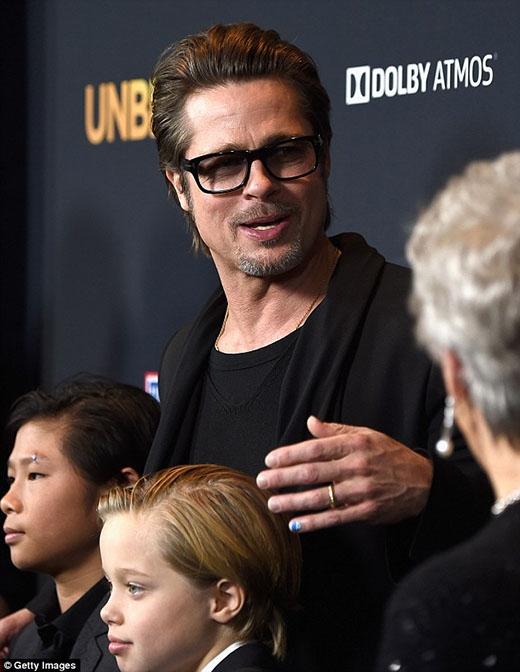 Brad Pitt gây sốt khi... sơn móng tay đến lễ trao giải