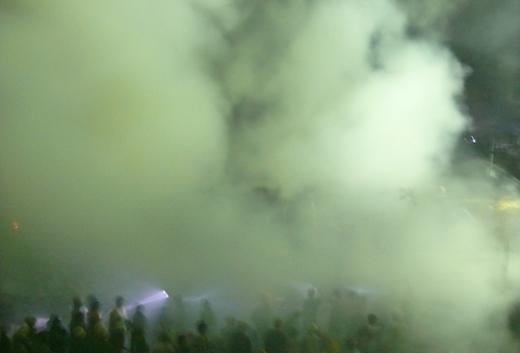 Lửa được khống chế nhưng khói bao trùm cả một khu vực rộng lớn. Ảnh: Xuân Trang