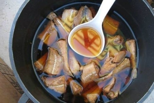 Bánh căn Phan Thiết ăn kèm xíu mại viên, cá kho.