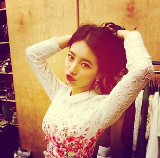 Suzy tiếp tục khoe hình cực quyến rũ với bờ môi đỏ khiến các fan nức lòng.