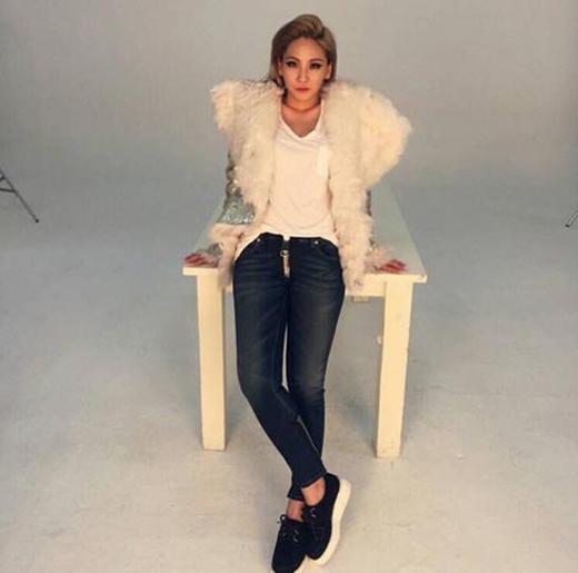 CL đã thông báo với các fan, cô chính thức quay trở lại với công việc cùng bức hình phong cách.