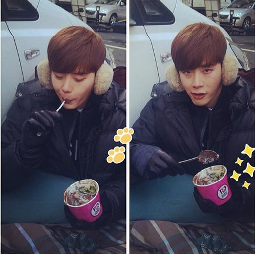 Lee Jong Suk không ngại trời lạnh mà thản nhiên dùng kem một cách thích thú. Anh chàng khoe hình và chia sẻ: Quyết tâm ăn kem vào trời lạnh trong khi người thì đang lạnh run lên.