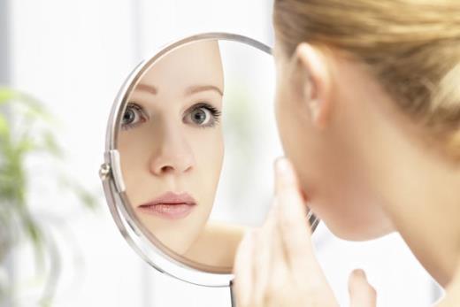 4 cách giúp bạn gái ngăn chặn vết chân chim xuất hiện sớm trên mắt