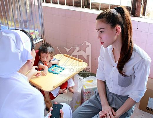 Hồ Ngọc Hà chăm chú lắng nghe chia sẻ của một vị y bác sĩ về trường hợp của một bé trong làng Hòa Bình. Cô rất xúc động khi những sinh linh bé nhỏ vừa chào đời đã chịu quá nhiều điều thiệt thòi, đau đớn về thể chất. - Tin sao Viet - Tin tuc sao Viet - Scandal sao Viet - Tin tuc cua Sao - Tin cua Sao