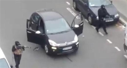 Hình ảnh cảnh sát nổ súng vào hai kẻ tấn công ở cự ly rất gần.
