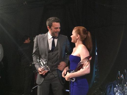 Ben và Amy bước xuống sân khấu sau khi nhận giải thưởng