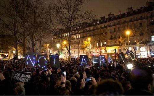 Người dân dơ cao khẩu hiệu Not afraid (Không sợ hãi) để thể hiện tinh thần không run sợ và nao núng trước những hành động khủng bố