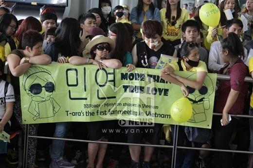 Các bạn còn chuẩn bị băng rôn, poster để đón chào các cô gái T-ara.