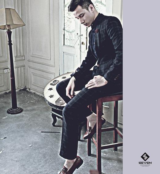 Trong lần xuất hiện này, chàng người mẫu có gương mặt điển trai khoe vẻ nam tính của mình trong những thiết kế sang trọng của thương hiệu thời trang nam Seven.