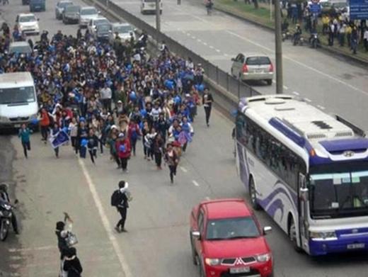 Hình ảnh V-ELF (tên gọi của fan Super Junior) chạy theo xe thần tượng tại Hà Nội gây ùn tắc giao thông.
