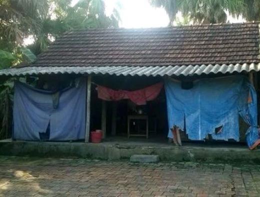 Căn nhà lụp xụp, được che tạm bằng vài tấm bạt rách nát, nơi mẹ con bà Kiệm sinh sống.