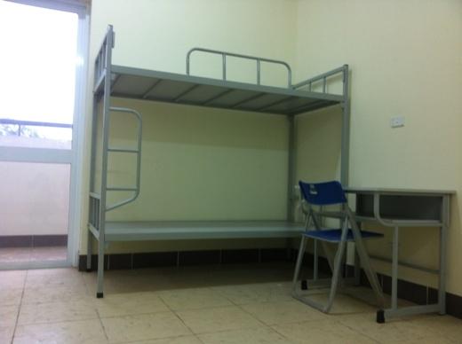 Mỗi phòng có 4 bộ giường tầng và 8 bộ bàn ghế để sinh viên học tập.