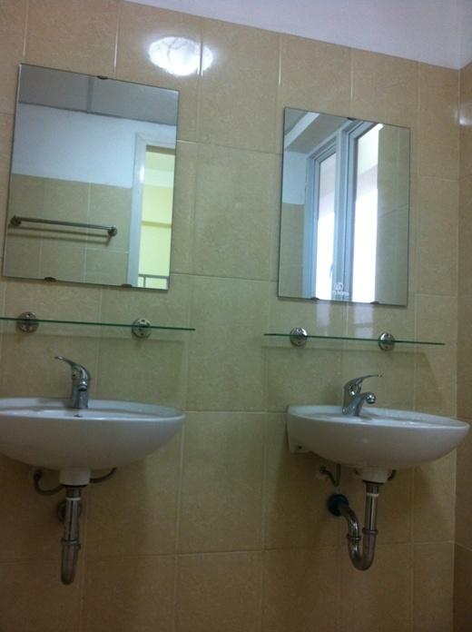Khu vệ sinh được trang bị 02 bộ thiết bị vệ sinh hoàn chỉnh (bồn rửa mặt, bồn vệ sinh, bộ vòi tắm hoa sen) và bình nóng lạnh.